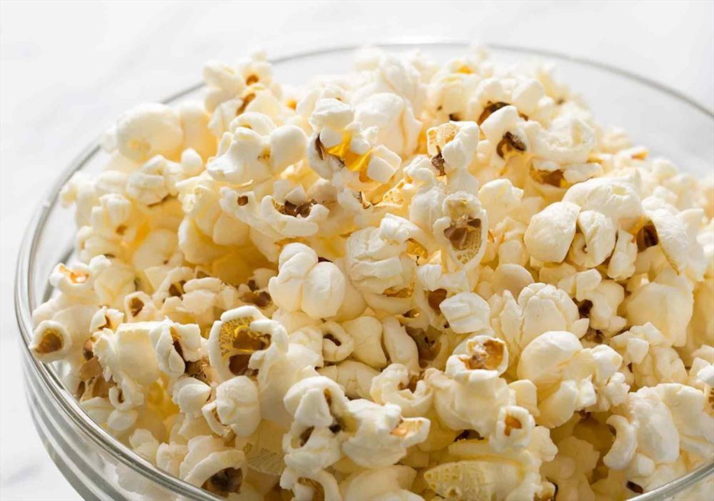 8. Bắp rang bơ: Có một lý do khiến bạn có vẻ mệt mỏi thêm một chút sau những buổi xem phim đêm, chính là bắp rang bơ, món ăn vặt giàu chất xơ, được chứng minh là khiến con người dễ buồn ngủ.