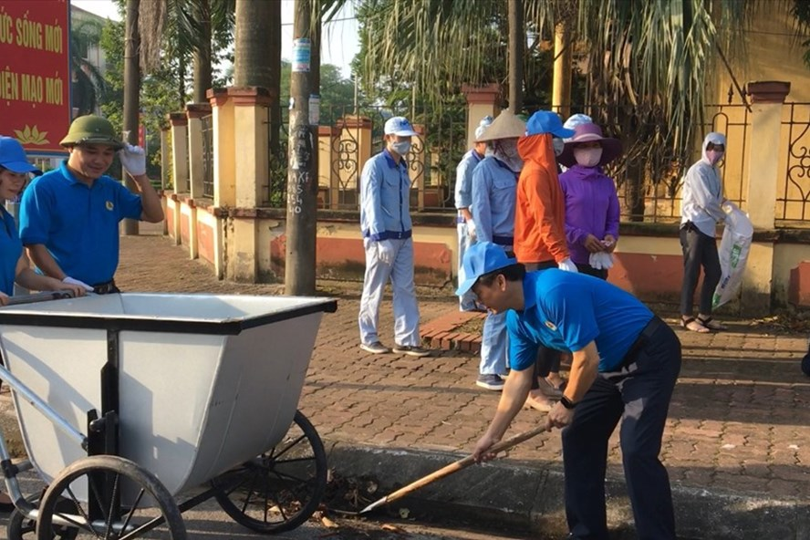 Đoàn viên Công đoàn huyện Văn Lâm (Hưng Yên) dọn vệ sinh môi trường. Ảnh: C.Đ.V.L