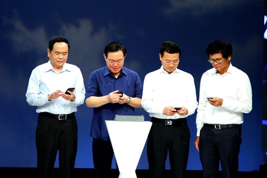 Các đồng chí lãnh đạo thực hiện thao tác nhắn tin trên điện thoại di động. Ảnh: Thành Chung.