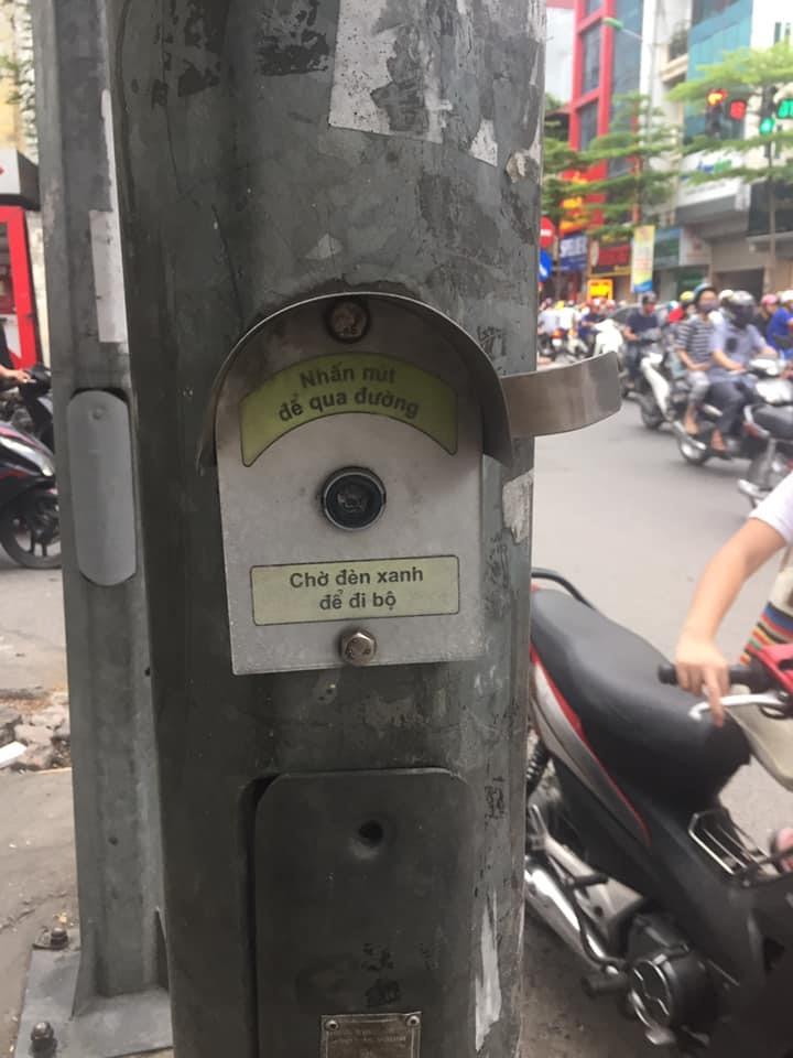 Nút đèn bấm sang đường cho người đi bộ tại trước cổng BV Đống Đa, Hà Nội đã hỏng cả chục năm nay nhưng không đơn vị nào khắc phục. Ảnh: L.H