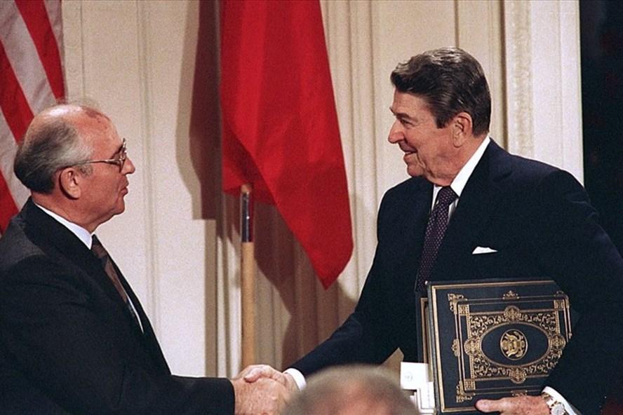 Tổng thống Mỹ Ronald Reagan (phải) bắt tay với nhà lãnh đạo Liên Xô Mikhail Gorbachev sau khi ký Hiệp ước Lực lượng hạt nhân tầm trung (INF) tại Nhà Trắng, Washington, Mỹ năm 1987. Ảnh: AP.