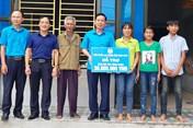 """LĐLĐ tỉnh Ninh Bình trao 90 triệu đồng hỗ trợ xây nhà """"Mái ấm Công đoàn"""""""