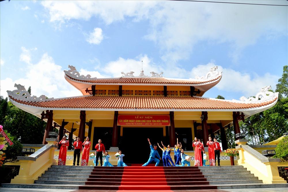 Hoạt động văn nghệ tại Đền thờ Bác Tôn trước giờ diễn ra lễ dâng hương lên Người. Ảnh: Lục Tùng