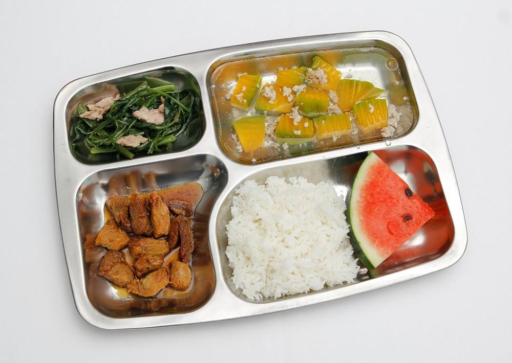 Khẩu phần ăn trưa với 5 món đầy đủ dưỡng chất được nấu theo thực đơn trong phần mềm (ảnh:A.T).