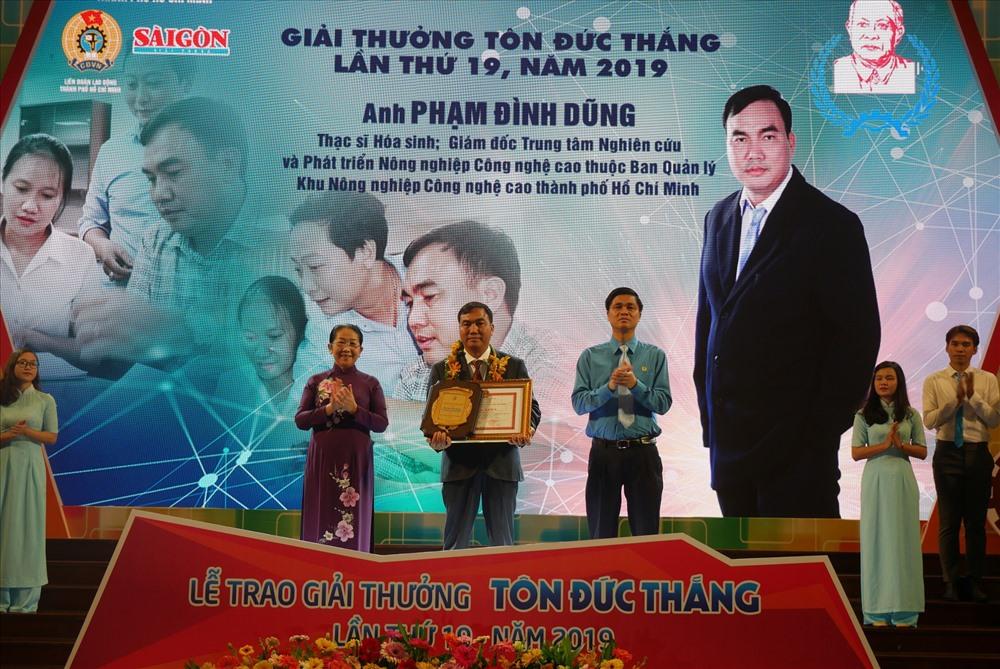 Ông Ngọ Duy Hiểu (bìa phải), Phó Chủ tịch Tổng LĐLĐ Việt Nam và bà Võ Thị Dung, Phó Bí thư Thành ủy TP HCM, trao Giải thưởng Tôn Đức Thắng cho công nhân