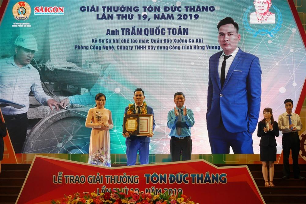Ông Trần Đoàn Trung, Phó Chủ tịch Thường trực LĐLĐ TP HCM và bà Nguyễn Trần Phượng Trân, Phó ban Dân vận Thành ủy TP HCM, trao Giải thưởng Tôn Đức Thắng cho các cá nhân