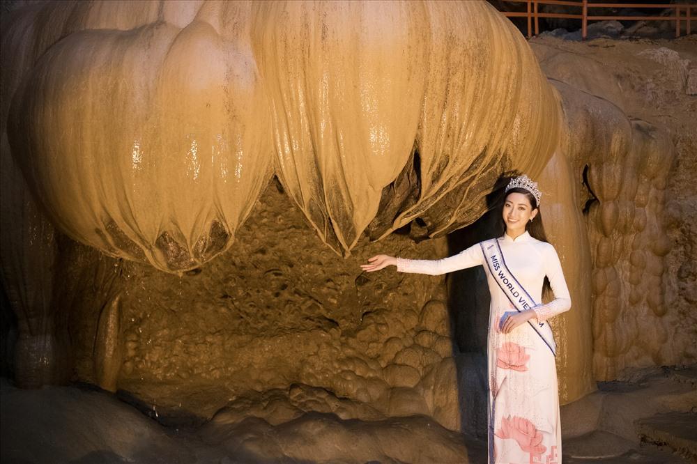Hoa hậu 10x trẻ trung trong tà áo dài trắng tới thăm những danh lam thắng cảnh tại Cao Bằng. Ảnh: Vũ Toàn.