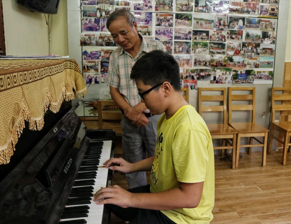 Những trẻ em sống ở mái ấm Xa Mẹ được học múa hát, chơi đàn và sống tự lập từ rất sớm.