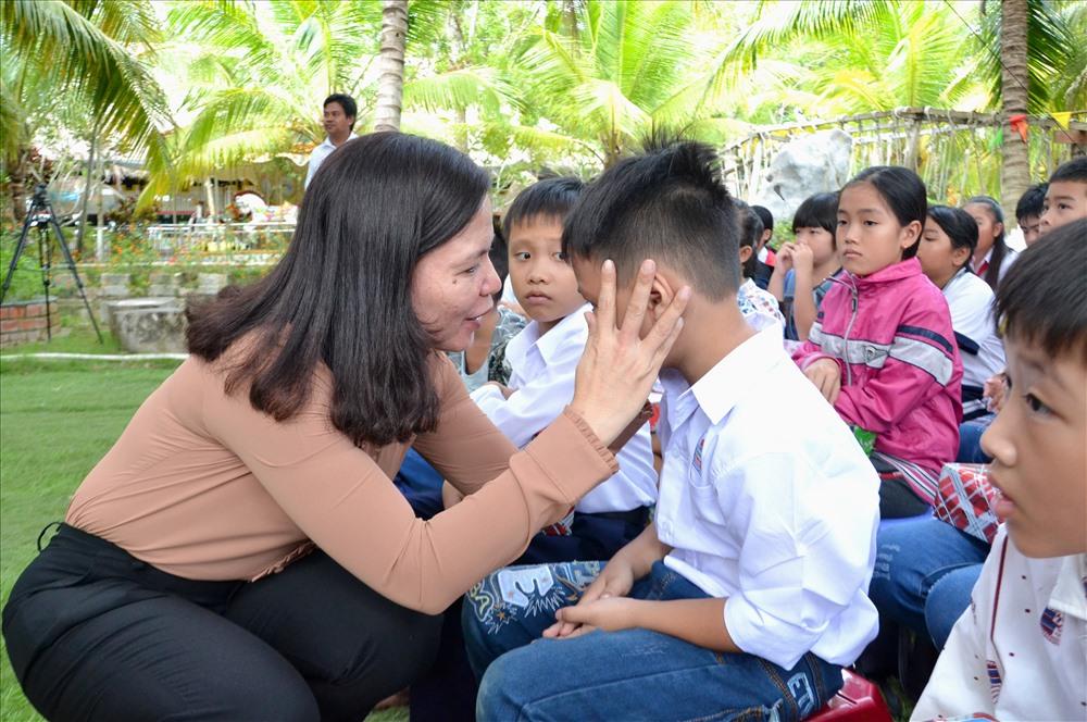 Bà Phan Thị Diễm kịp thời xuống tận nơi an ủi, động viên 1 cháu do trục trặc kỹ thuật đã nhận quà trễ hơn các bạn. Ảnh: Lục Tùng
