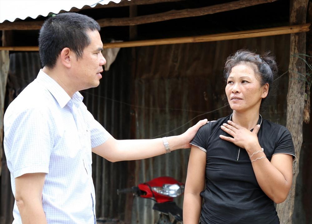 Ông Lâm Chí Công – Trưởng VPĐD Báo Lao Động khu vực Bắc Trung Bộ - đại diện Quỹ TLV Lao Động động viên bà Kăn Xoang. Ảnh: Hưng Thơ.