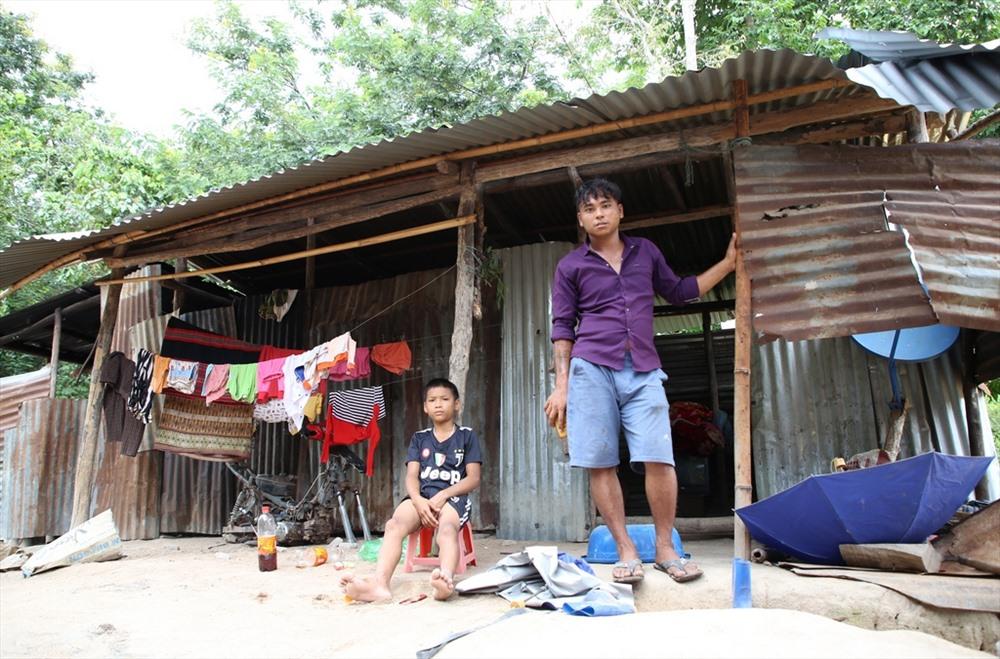 1 trong 3 mái nhà của gia đình ông Xé đang sử dụng. Ảnh: Hưng Thơ.