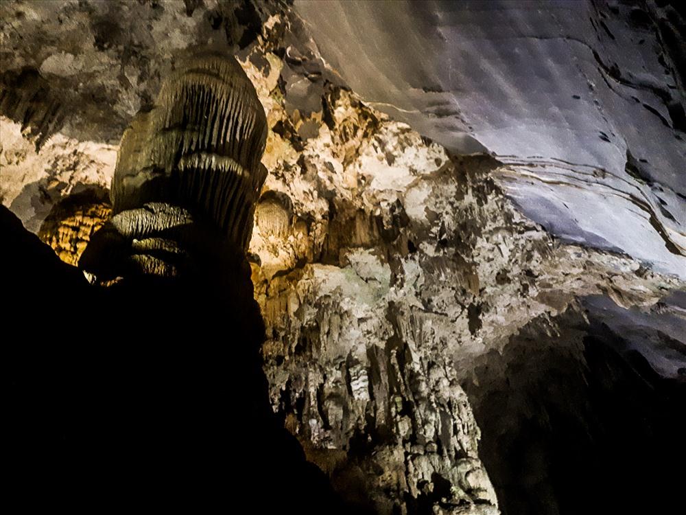 Là một trong những điểm đến du lịch hấp dẫn nhất khu vực, động Phong Nha sở hữu những vòm hang khô tự nhiên rộng lớn, được chia làm 3 phần chính xếp theo khu vực ánh sáng chiếu vào trong hang.