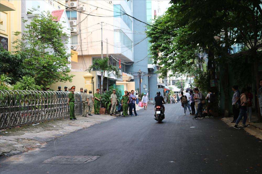 """Dù bị can Linh chưa xuất hiện, đến 9h tòa mới xử nhưng ngay từ sáng sớm lực lượng công an và phóng viên đã """"dày đặt"""""""