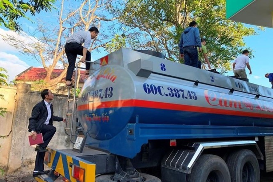 Đoàn liên ngành  tiến hành kiểm tra xe chở xăng dầu nghi không có hóa đơn chứng từ tại Đắk Lắk trước đó. Ảnh: L.X