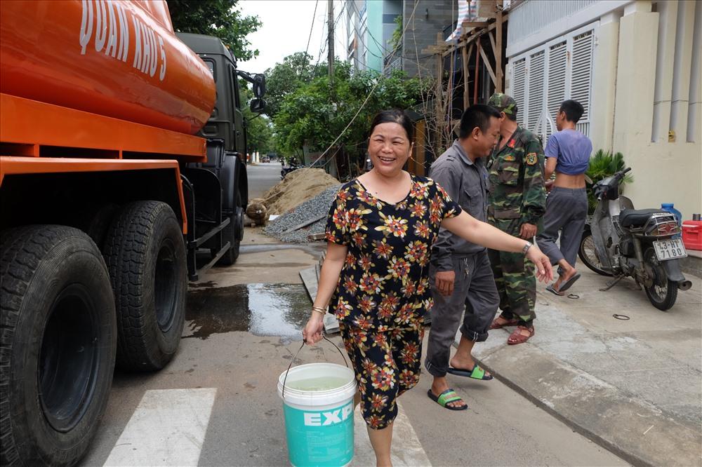 Bà Đào Thị Mộng Trinh (quận Sơn Trà, TP Đà Nẵng) vui mừng khi có nước sạch của bộ đội mang tới.