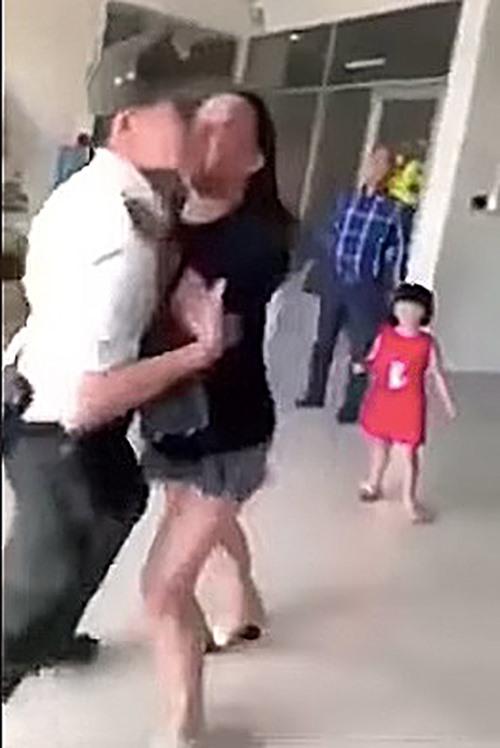 Bà Lê Thị Hiền xô đẩy nhân viên an ninh sân bay (ảnh cắt từ clip).