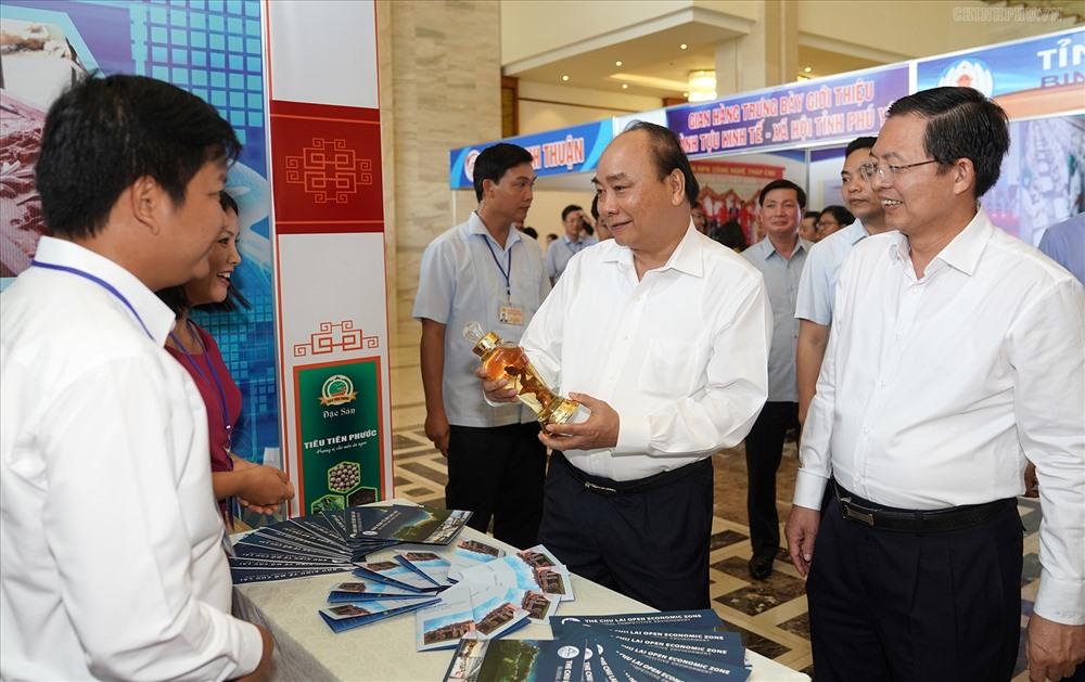 Thủ tướng Chính phủ Nguyễn Xuân Phúc thăm các gian hàng  tại Hội nghị phát triển kinh tế miền Trung.