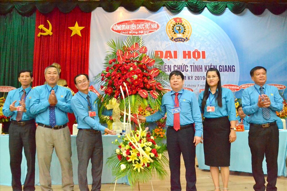 Phó Chủ tịch CĐVC Việt Nam Nguyễn Văn Đông tặng hoa cho đại hội. Ảnh: LT