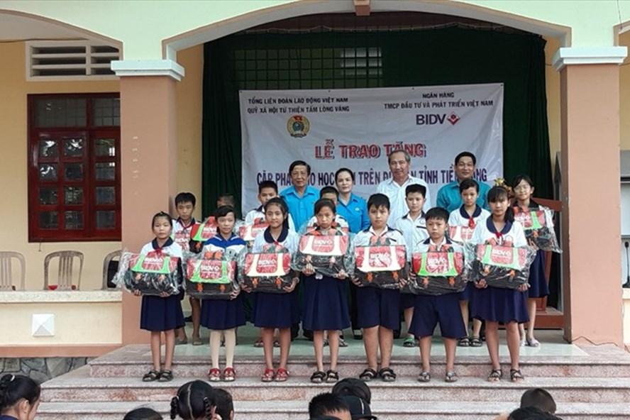 Trao cặp phao cho học sinh huyện Tân Phú Đông. Ảnh: L.H