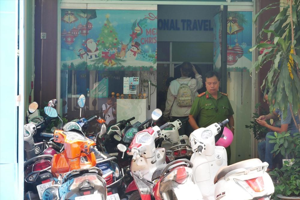 Lực lượng cảnh sát điều tra đang có mặt tại Công ty Lữ hành Hòa Bình Quốc tế.