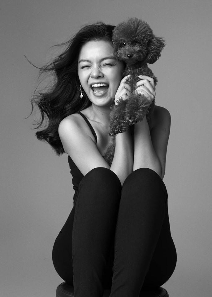 """Trong ngày sinh nhật của mình, Phạm Quỳnh Anh đã tung bộ ảnh đơn sắc, khoe vẻ đẹp cuốn hút ở tuổi 35. Nữ ca sĩ viết: """"Tuổi 18 vừa ập đến. Mong em chân cứng đá mềm, luôn có niềm tin vào cuộc sống, luôn khoẻ mạnh và bình an là được, em nhé""""."""