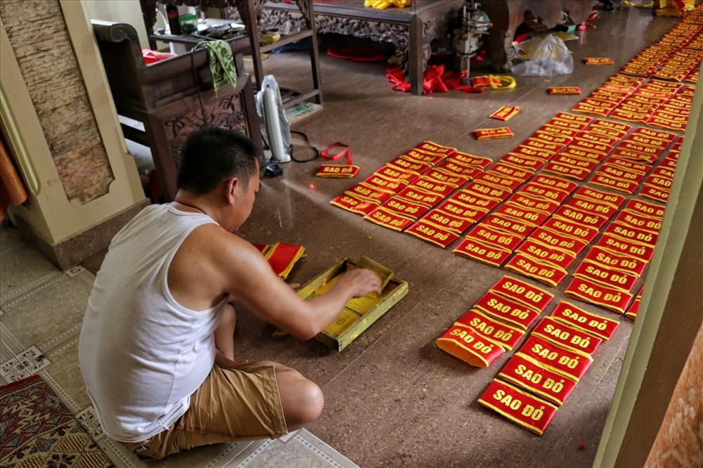 Ông Đặng Hồng Hưởng tỉ mẩn trong các công đoạn hoàn thiện sản phẩm. Ảnh: Thái Hà.