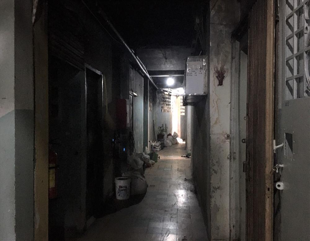 Hành lang cũng tối thui nếu không có đèn điện.