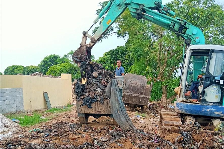 Ủy ban nhân dân xã Quang Hưng khắc phục việc chôn rác ở thân đê làm ô nhiễm nước sông. Ảnh: QTL.