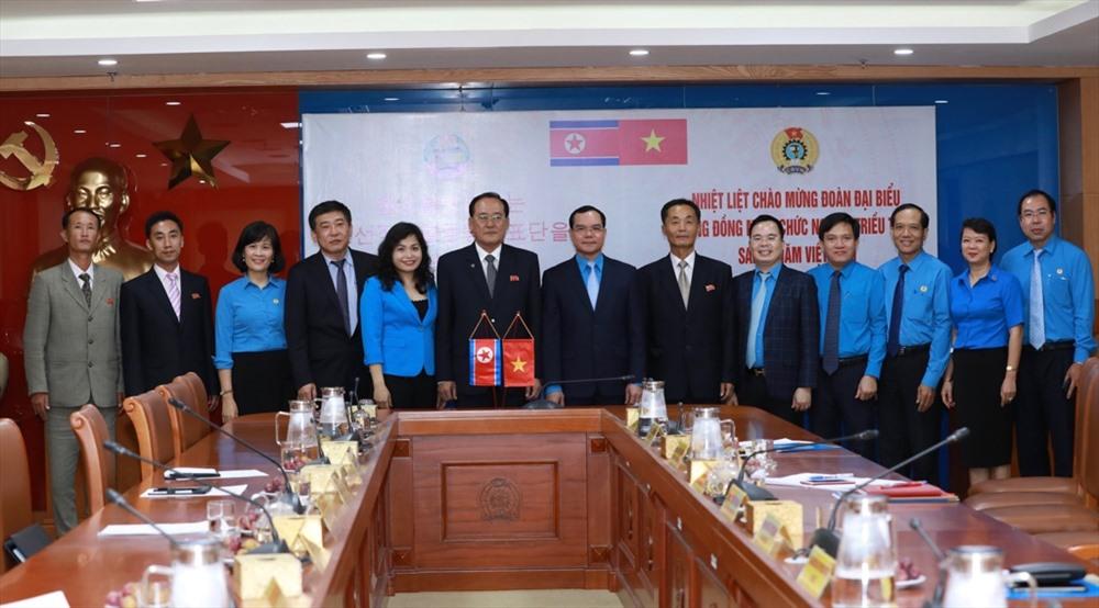 Đồng chí Nguyễn Đình Khang và các đại biểu Tổng Liên đoàn Lao động Việt Nam chụp ảnh lưu niệm với Đoàn đại biểu GFTUK. Ảnh: Hải Nguyễn.
