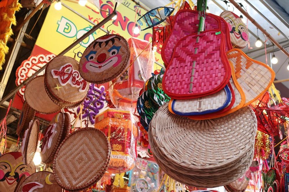Các sản phẩm đồ chơi truyền thống được làm từ chất liệu tự nhiên, rất thân thiện với môi trường. Ảnh: Lan Nhi