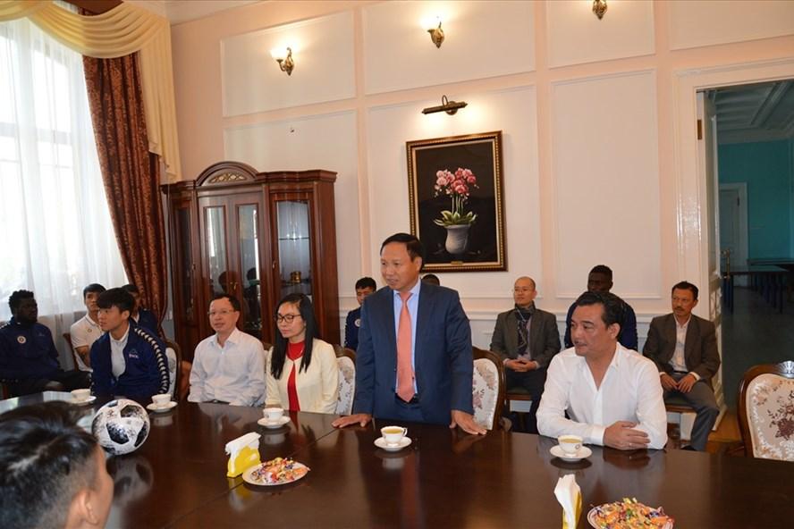 Đại sứ Ngô Đức Mạnh phát biểu, chúc mừng CLB bóng đá Hà Nội vào đến chung kết Liên khu vực giải AFC Cup 2019. Ảnh: T&T