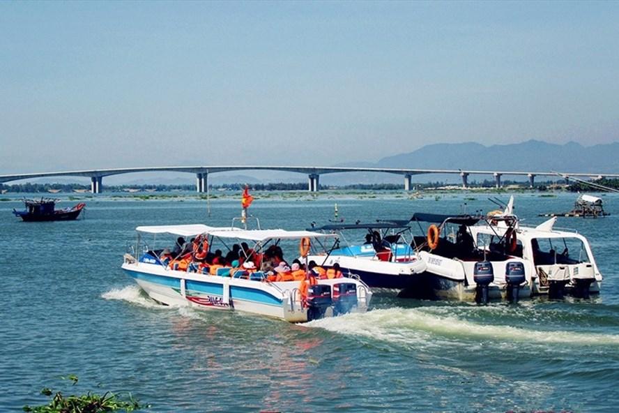 Các dịch vụ tàu, ca nô tại Cù Lao Chàm đang bị tạm dừng do ảnh hưởng của bão. Ảnh: TC