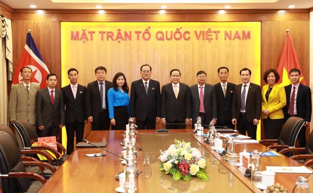 Đồng chí Trần Thanh Mẫn và các đại biểu Tổng Liên đoàn Lao động Việt Nam chụp ảnh lưu niệm với Đoàn đại biểu GFTUK. Ảnh: Hải Nguyễn.