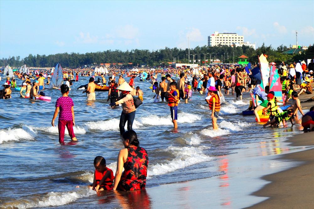 Biển Cửa Lò có bãi cát dài khoảng 10km, nước trong xanh, sóng êm, khung cảnh hữu tình và hải sản ngon nức tiếng là điểm đến lí tưởng vào mỗi dịp hè.