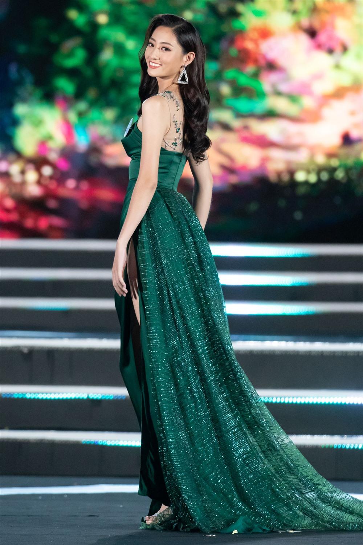 Nhan sắc, thần thái của Lương Thuỳ Linh nhận được nhiều lời khen từ Hoa hậu Đỗ Mỹ Linh cũng như khán giả.