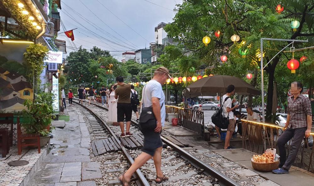 Những đoạn đường sắt chạy cắt qua phố Cửa Nam, Điện Biên Phủ, Khâm Thiên biến khu vực này thành điểm thu hút rất nhiều du khách nước ngoài đến tham quan, chụp ảnh, quay video.