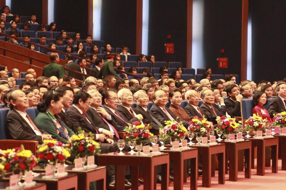 Tổng Bí thư, Chủ tịch Nước Nguyễn Phú Trọng cùng các đồng chí lãnh đạo Đảng, Nhà nước, các đồng chí nguyên lãnh đạo Đảng, Nhà nước tham dự lễ kỷ niệm sáng 30.8. Ảnh T.Vương