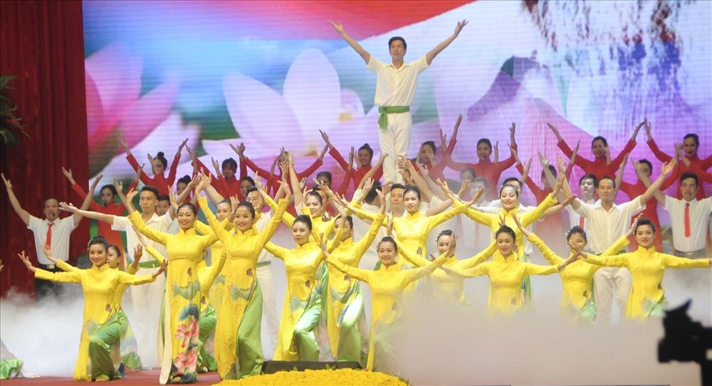 Chương trình nghệ thuật ca ngợi Đảng, ca ngợi công lao của Bác Hồ trong lễ kỷ niệm. Ảnh T.Vương