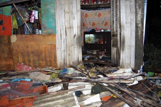 Một căn nhà dân tại Thị trấn Sông Đốc, huyện Trần Văn Thời bị thiệt hại do mưa lớn, gió mạnh (ảnh Lê Khoa)