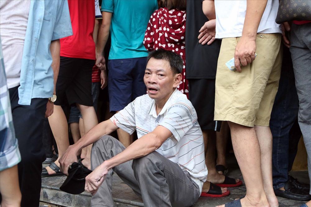 Một CĐV vì không chen lấn qua được đám đông đã bất lực trong việc mua vé.