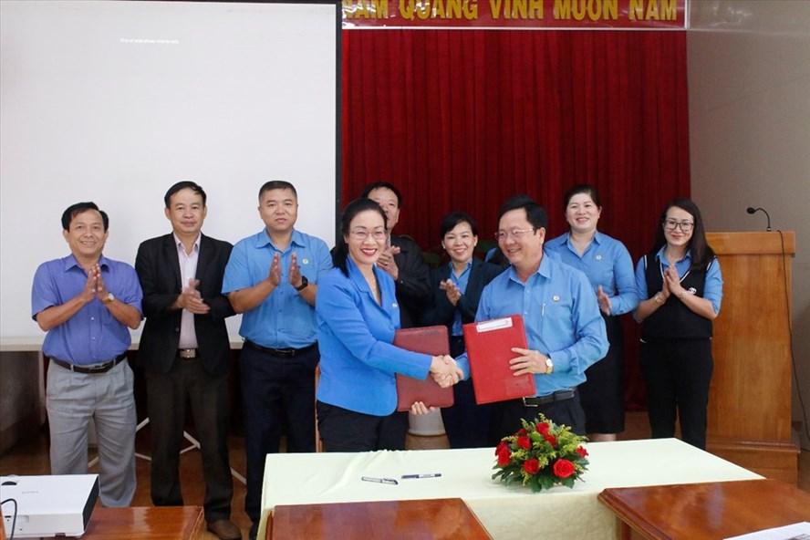 Lãnh đạo 2 đơn vị trao nhau bản kế hoạch ký kết.