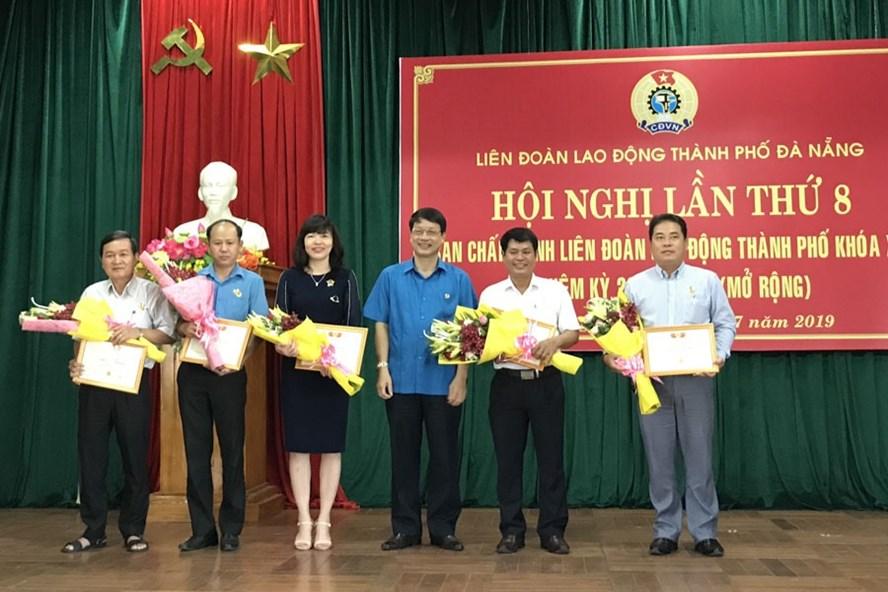 """LĐLĐ thành phố Đà Nẵng tổng kết Tháng Công nhân và trao Kỷ niệm chương """"Vì sự nghiệp xây dựng tổ chức Công đoàn"""" cho 37 cán bộ tiêu biểu."""