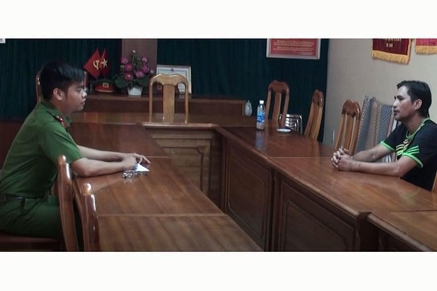 Đối tượng Phú làm việc với cảnh sát điều tra. Ảnh CACC