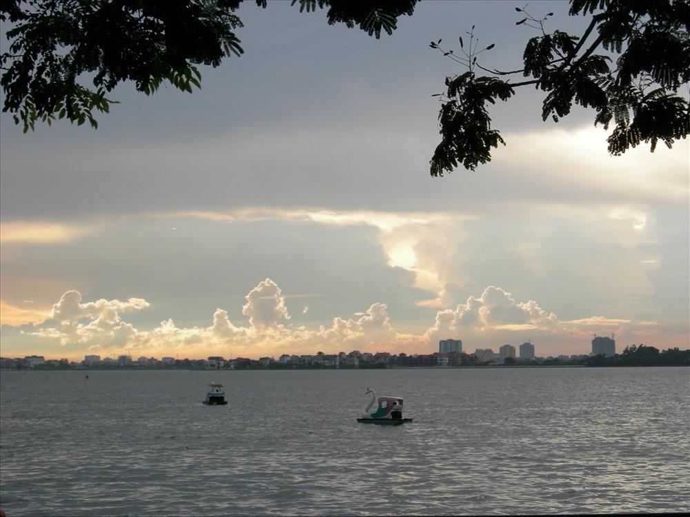 Không thể không dạo quanh một vòng Hồ Tây khi đến thăm quan Thủ đô.