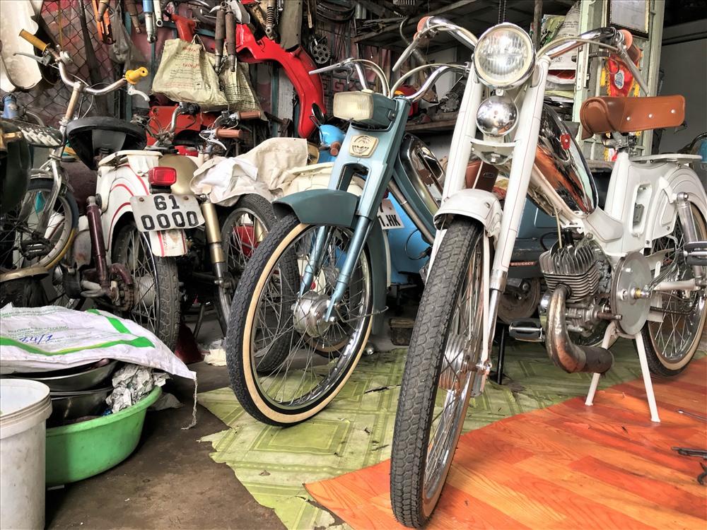 """Ở quận Ninh Kiều, TP.Cần Thơ có một người đàn ông có kinh nghiệm hơn 20 năm sửa chữa xe đạp máy. Hầu hết những người chơi xe đạp máy cổ ở địa bàn TP.Cần Thơ và một số tỉnh lân cận khu vực ĐBSCL đều tin tưởng gửi """"xế"""" của mình đến anh Bình mỗi khi nó """"đổ bệnh"""". Ảnh: B.T"""