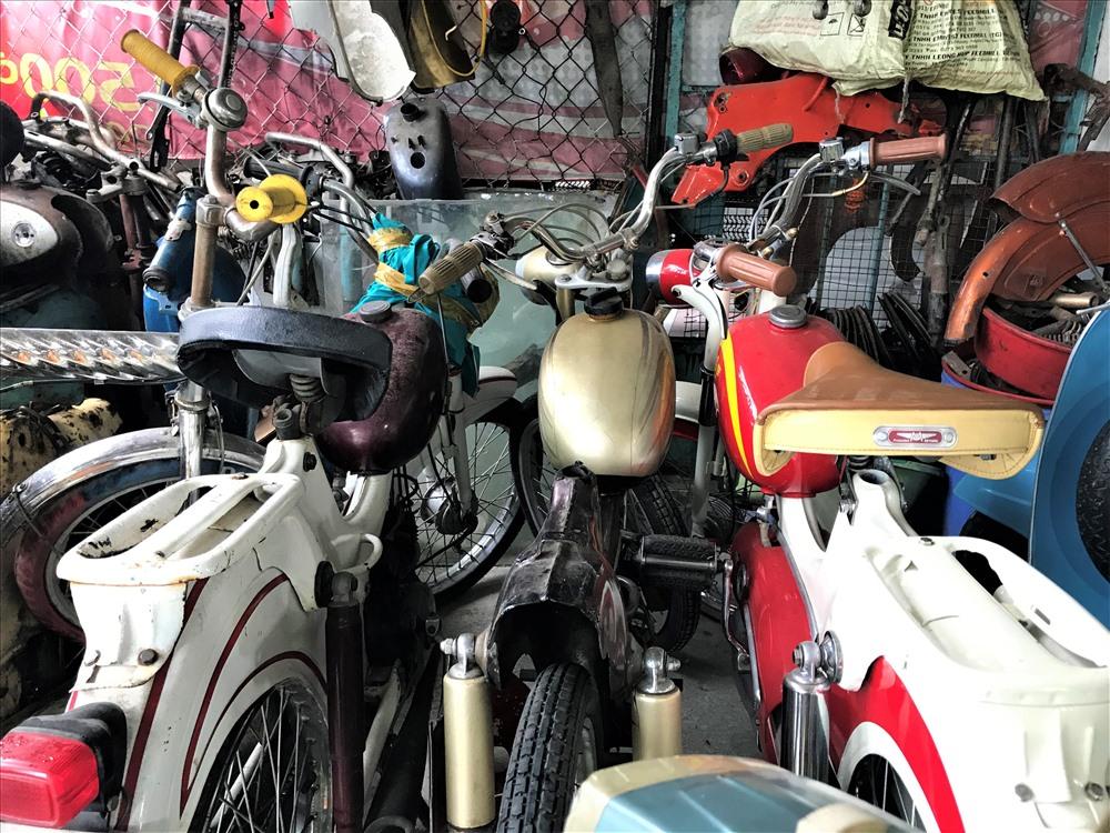 """""""Dòng xe tôi chuyên sửa chữa là các dòng xe đạp máy như Mobylette, Gobel, Honda. Chi phí sửa chữa cho mỗi chiếc xe đạp máy này cũng không phải rẻ vì phụ tùng khá khó kiếm để thay thế, thời gian sửa lại khá lâu. Chiếc bị xe bị hư hại nặng phải tốn khoảng 6 đến 7 triệu đồng tiền phụ tùng thay thế và mất đến hơn 1 tuần để sửa chữa. Mỗi tháng như vậy tôi chỉ dám nhận sửa khoảng 2 đến 3 chiếc vì không có thời gian. Tôi bắt đầu đắt khách từ năm 2010 khi giới chơi xe đạp máy đã bắt biết đến mình nhiều hơn."""", anh Bình cho hay."""