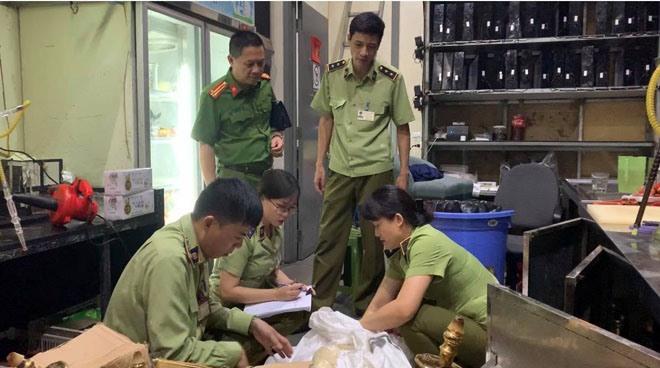 Quản lý thị trường Hà Nội phối hợp với Cảnh sát kinh tế Công an thành phố Hà Nội kiểm tra quán bar
