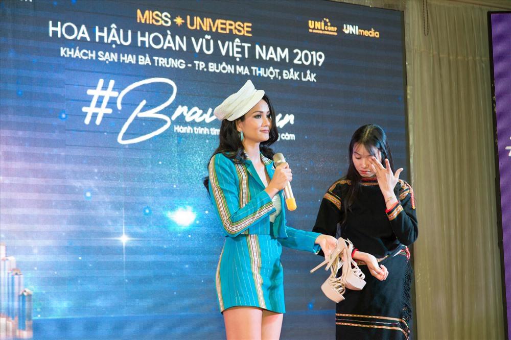 H'Hen Niê đã tặng cô gái Êđê đôi giày để thêm tự tin thi Hoa hậu Hoàn vũ Việt Nam. Ảnh: MUVN.