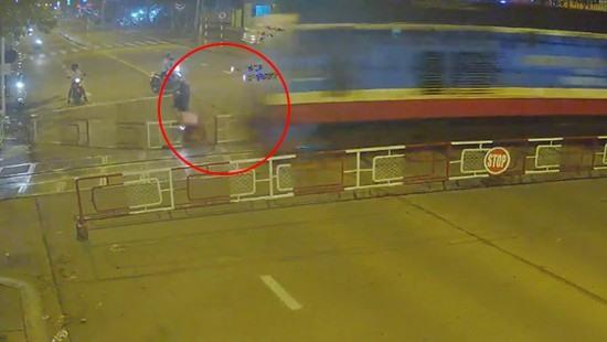 Cảnh tàu đâm người đi xe máy khi người này đâm xe vào rào chắn. Ảnh: cắt từ clip.