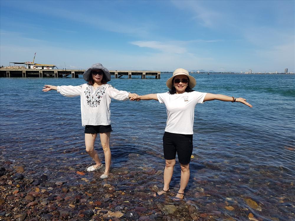 Du khách không giấu được niềm vui ngỡ ngàng trên bãi biển đảo Song Ngư